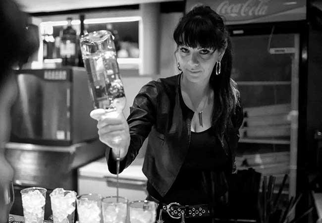 Black Hole Milano | Discoteche e night club a Milano per feste e musica dal vivo | Discoteca Milano Barman acrobatico privato